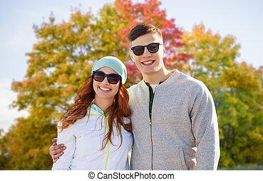 feliz, par adolescente, em, outono, parque