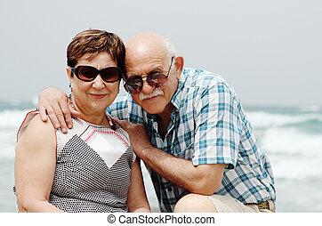 feliz, par ancião, desfrutando, seu, aposentadoria, férias, perto, a, mar
