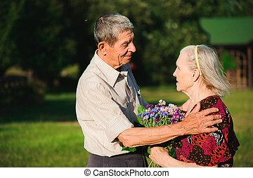 feliz, par ancião, em, nature., feliz, pessoas velhas