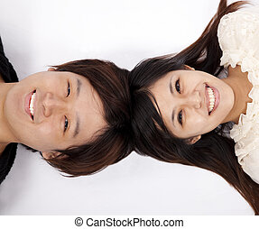 feliz, par asiático, deitando, branco, chão