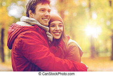 feliz, par jovem, abraçando, em, outono, parque