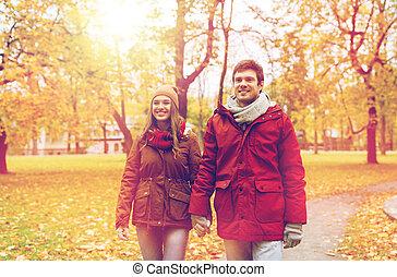 feliz, par jovem, andar, em, outono, parque