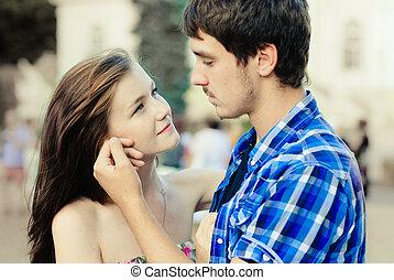 feliz, par jovem, apaixonadas, em, cidade