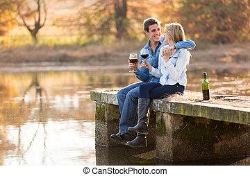 feliz, par jovem, bebendo, vinho tinto