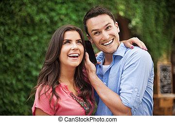 feliz, par jovem, com, esperto, telefone