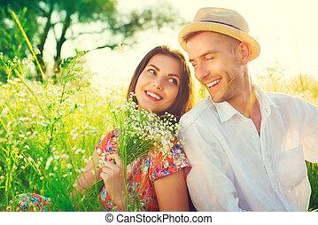 feliz, par jovem, desfrutando, natureza, ao ar livre
