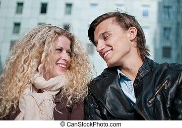feliz, par jovem, junto