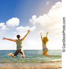 feliz, par jovem, pular, praia