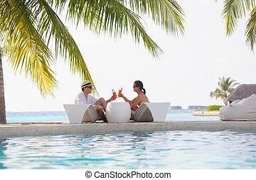 feliz, par jovem, relaxe, e, tomar, fresco, bebida