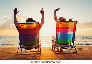 feliz, par romántico, el gozar, hermoso, ocaso, en la playa