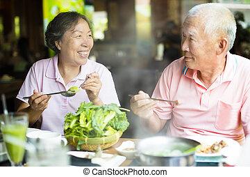 feliz, par velho, desfrutando, panelas quentes, em, restaurante