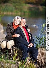 feliz, par velho, desfrutando, perto, um, lago