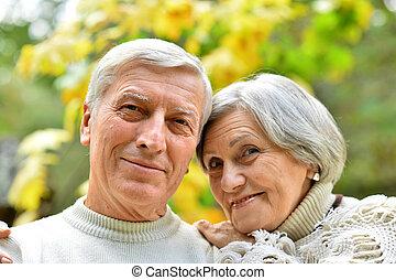 feliz, par velho, em, outono, parque, abraçando