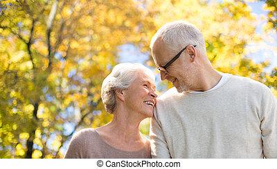 feliz, par velho, em, outono, parque
