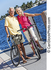 feliz, par velho, ligado, bicycles, por, um, rio