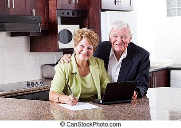 feliz, par velho, verificar, aposentadoria, investimento