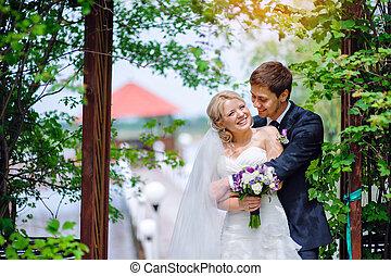 feliz, par wedding, novia y novio, en el estacionamiento