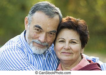 feliz, pareja edad avanzada