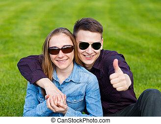 feliz, pareja joven