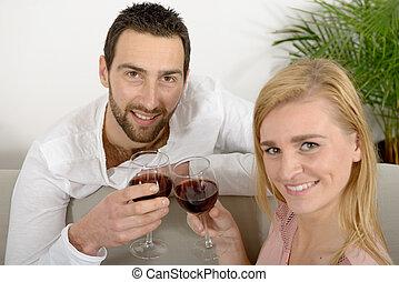 feliz, pareja joven, bebida, vino rojo