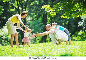 feliz, pareja joven, con, su, niños, tenga diversión, en, parque