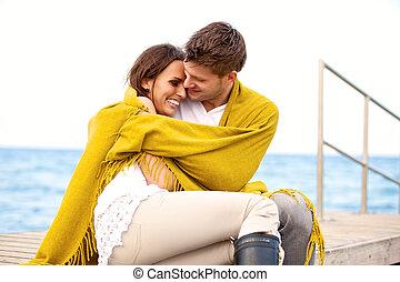 feliz, pareja joven, el sentarse junto, en, un, muelle