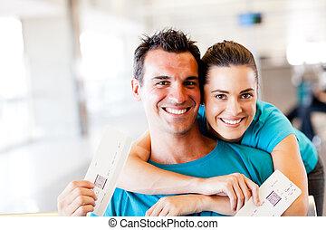 feliz, pareja joven, en, aeropuerto, con, pasede embarque