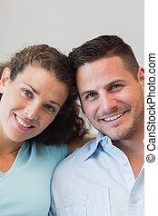 feliz, pareja joven, en casa
