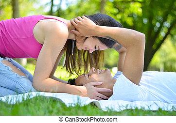 feliz, pareja joven, en el estacionamiento, compartir,...