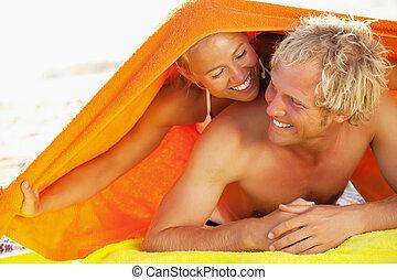 feliz, pareja joven, en la playa