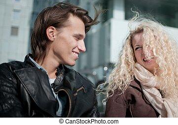 feliz, pareja joven, juntos