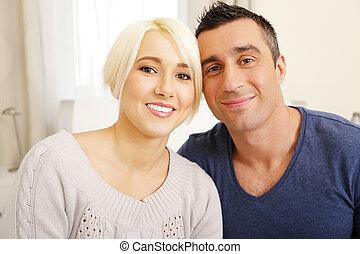 feliz, pareja joven, mirar cámara del juez
