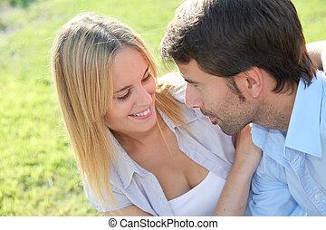 feliz, pareja joven, sentado, en, yarda