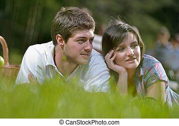 feliz, pareja joven, tener un picnic, al aire libre
