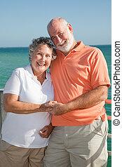 feliz, pareja mayor, de vacaciones