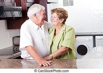 feliz, pareja mayor, en casa