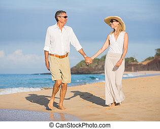 feliz, pareja mayor, en, el, playa., retiro, lujo, tropical, recurso