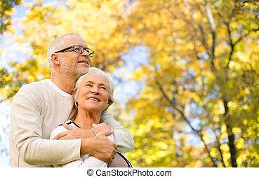 feliz, pareja mayor, en, otoño, parque