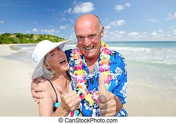 feliz, pareja mayor, en, playa tropical