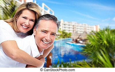 feliz, pareja mayor, en, tropical, resort.