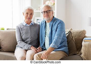 feliz, pareja mayor, se sentar sobre sofá, en casa