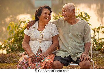 feliz, pareja mayor, sentado, aire libre