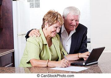 feliz, pareja mayor, utilizar, actividades bancarias del...