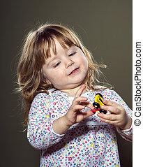 feliz, pequeno, tocando, menina, brinquedos