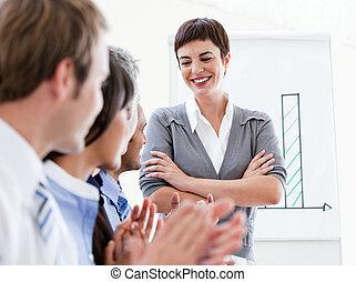 feliz, pessoas negócio, aplaudindo, um, bom, apresentação