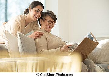 feliz, photobook, mujer, anciano, mirar