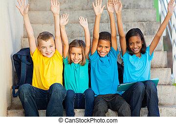 feliz, primário, estudantes, com, mãos levantadas
