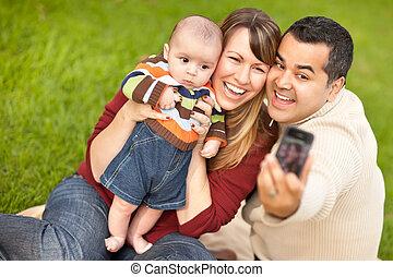 feliz, raça misturada, pais, e, menino bebê, levando,...