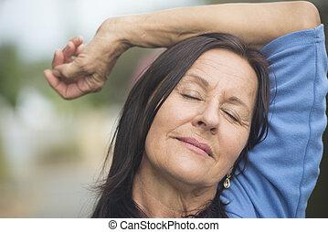 feliz, relaxado, mulher madura, ao ar livre