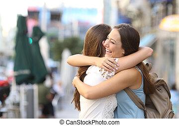 feliz, reunião, de, amigos abraçando
